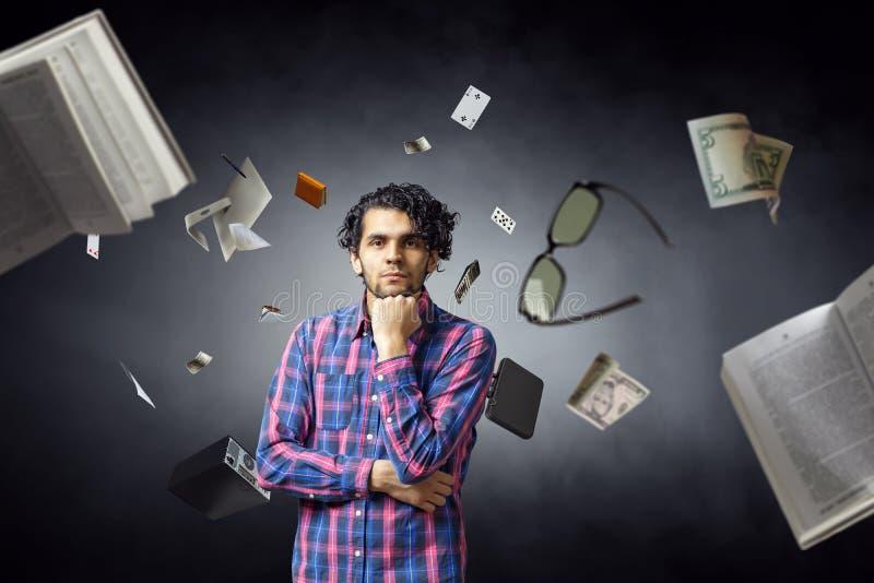 Uomo che pensa e che cerca nuovo concetto di idea Media misti immagini stock libere da diritti