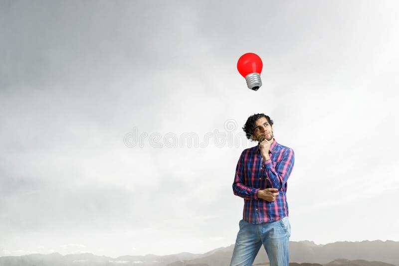 Uomo che pensa e che cerca nuovo concetto di idea Media misti fotografia stock
