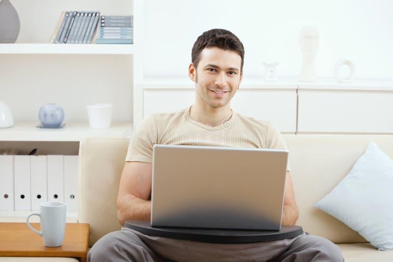 Uomo che per mezzo del computer portatile nel paese fotografia stock libera da diritti