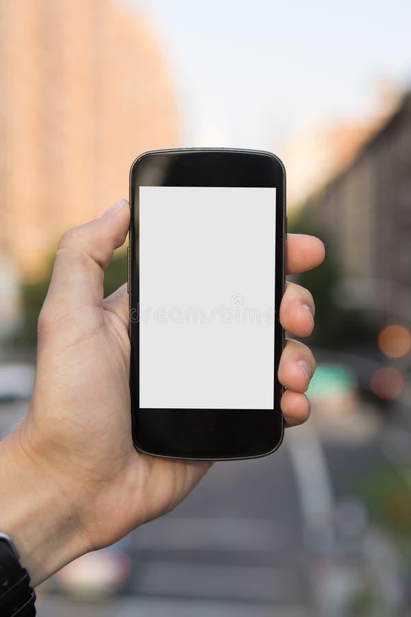 Uomo che per mezzo del telefono cellulare fotografia stock