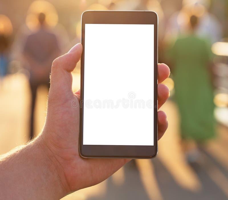 Uomo che per mezzo dello Smart Phone mobile con lo schermo bianco in bianco fotografie stock