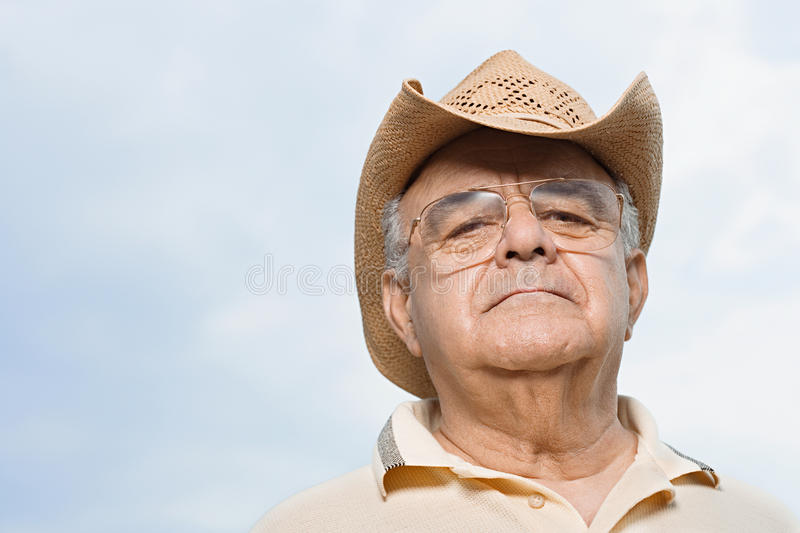 Uomo che porta un cappello di paglia immagine stock libera da diritti