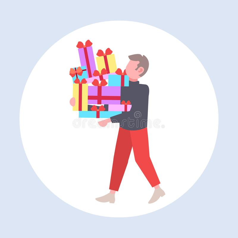 Uomo che porta una pila di scatole regalo avvolte in grandi sale stagionali uomo che tiene in mano un regalo pieno di colore illustrazione vettoriale