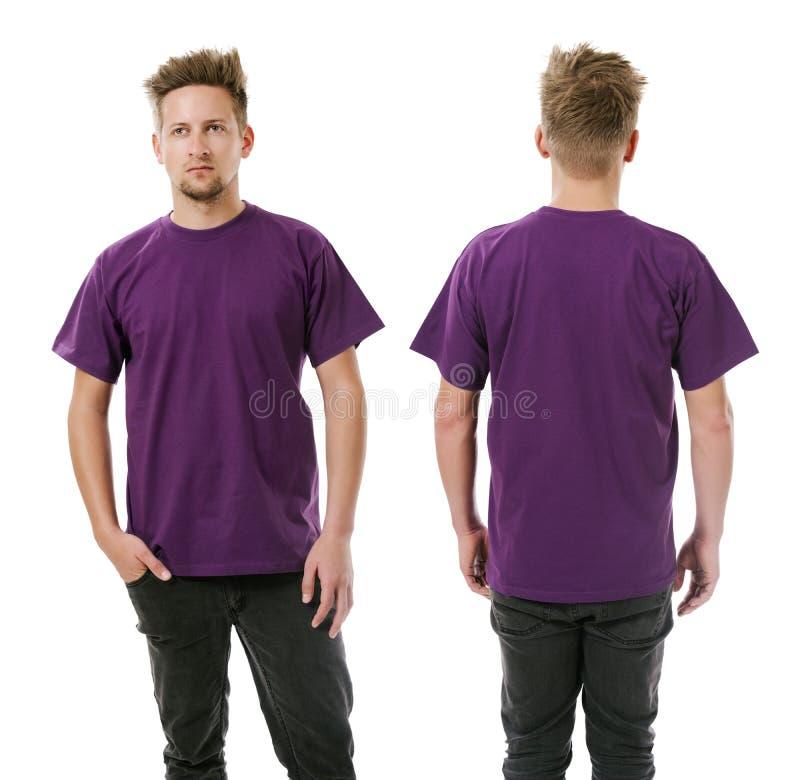 Uomo che posa con la camicia porpora in bianco fotografia stock libera da diritti
