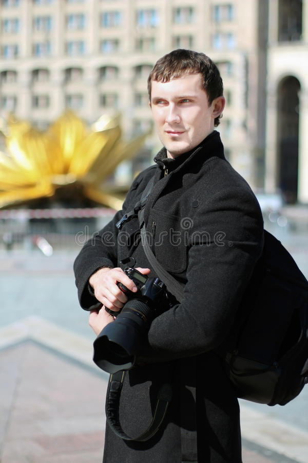 Uomo che posa con la macchina fotografica immagini stock libere da diritti
