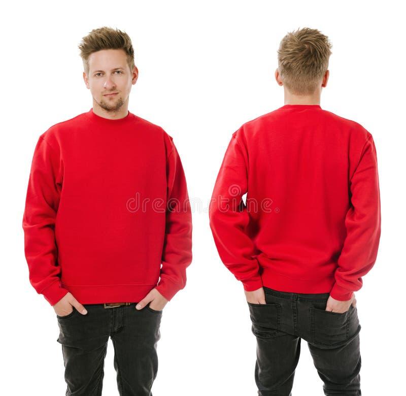 Uomo che posa con la maglietta felpata rossa in bianco immagine stock