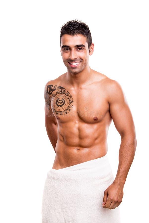 Uomo che posa con un asciugamano bianco immagini stock libere da diritti