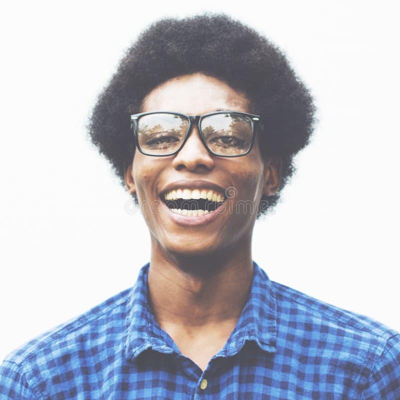 Uomo che posa concetto alla moda del nerd del ritratto immagine stock