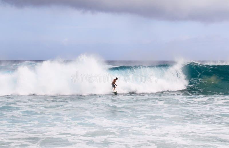 Uomo che pratica il surfing sulla grande onda fotografia stock