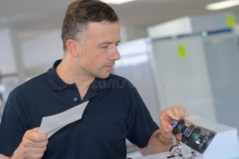 Uomo che preme sulla macchina verde del bottone immagine stock