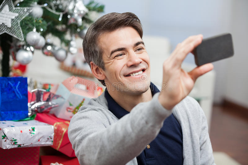 Uomo che prende autoritratto con Smartphone immagini stock