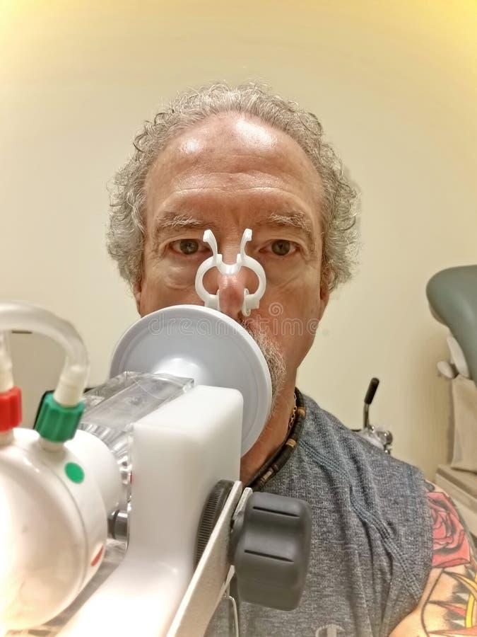 Uomo che prende l'analisi funzionale polmonare fotografie stock libere da diritti