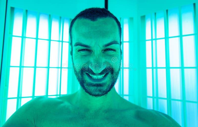 Uomo che prende selfie nel solarium immagine stock