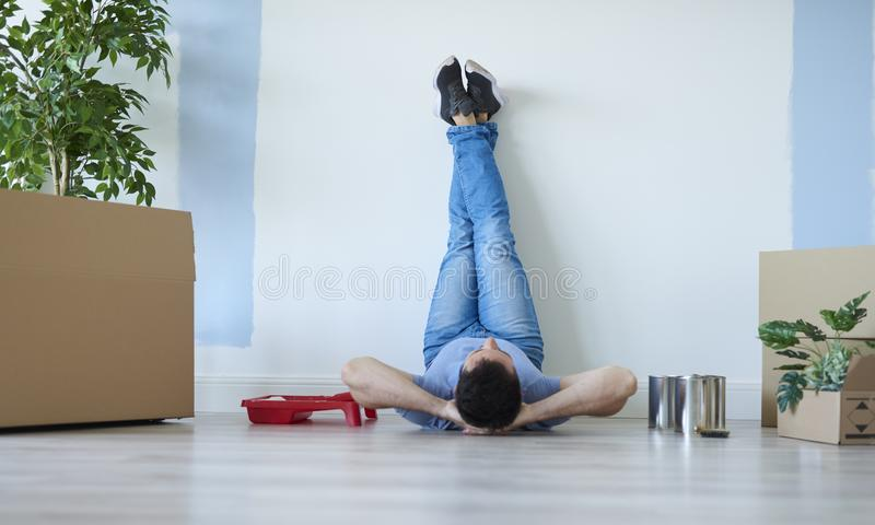 Uomo che prende una rottura durante la casa commovente fotografie stock