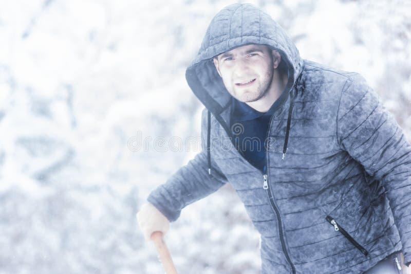 Uomo che prepearing per il viaggio Neve di pulizia intorno alla sua automobile osservare immagini stock