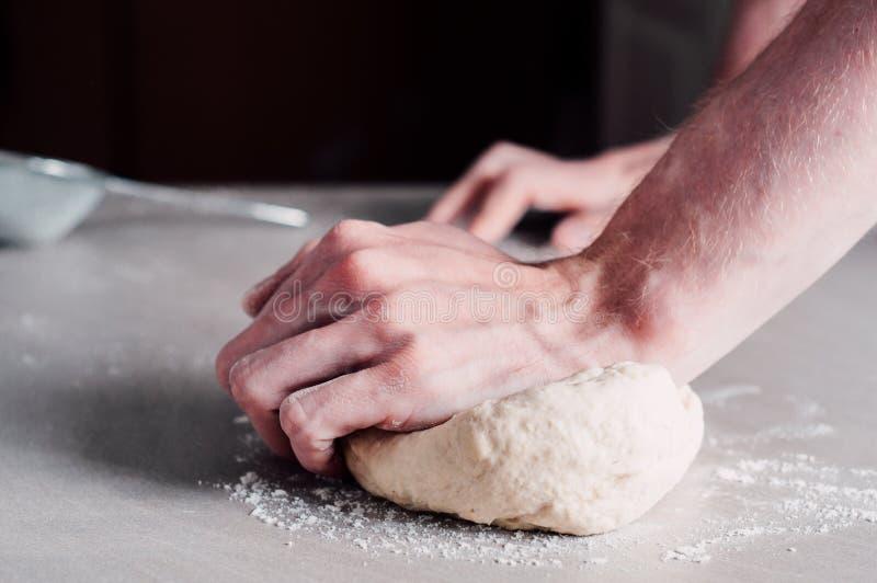 Uomo che produce pasta per pizza immagini stock libere da diritti