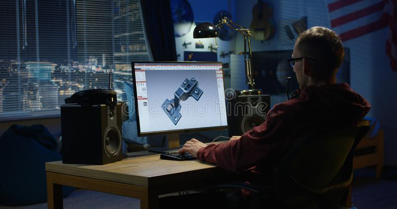 Uomo che progetta cerniera su un computer fotografia stock libera da diritti