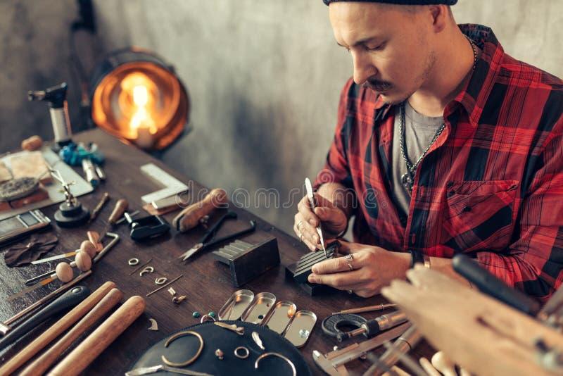 Uomo che progetta la sua propria linea dei gioielli immagini stock libere da diritti