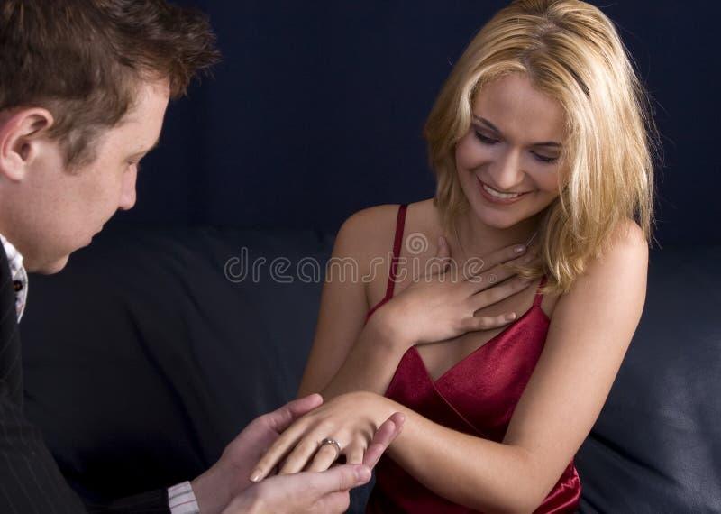 Uomo che propone alla ragazza immagine stock