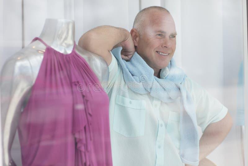 Uomo che propone dietro il vetro fotografia stock libera da diritti