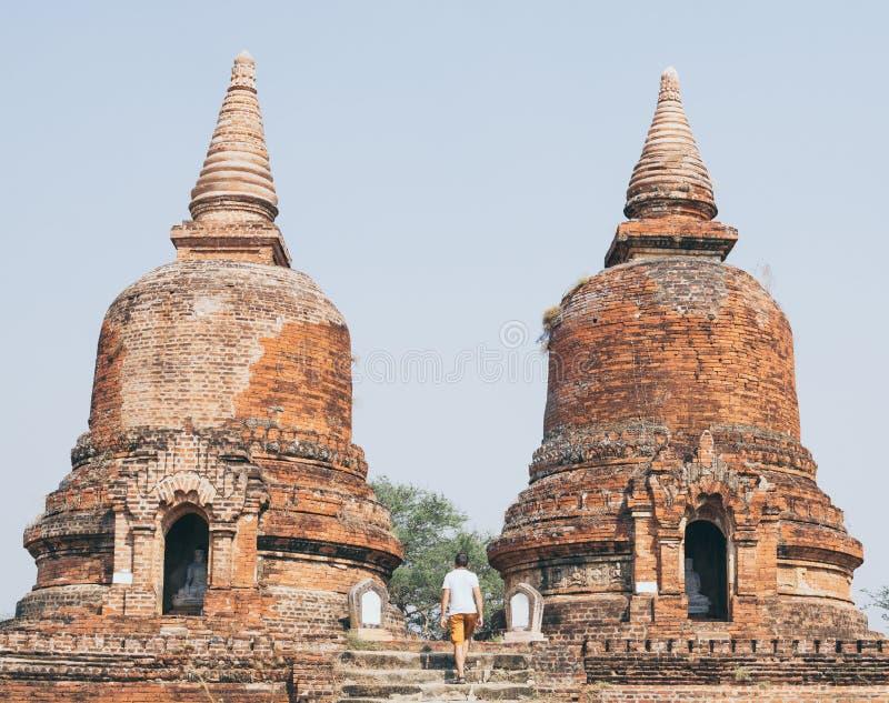 Uomo che registra le rovine di vecchio tempio in Bagan, Myanmar fotografia stock libera da diritti