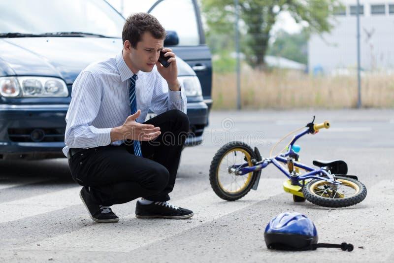 Uomo che richiede l'aiuto dopo l'incidente stradale fotografia stock libera da diritti