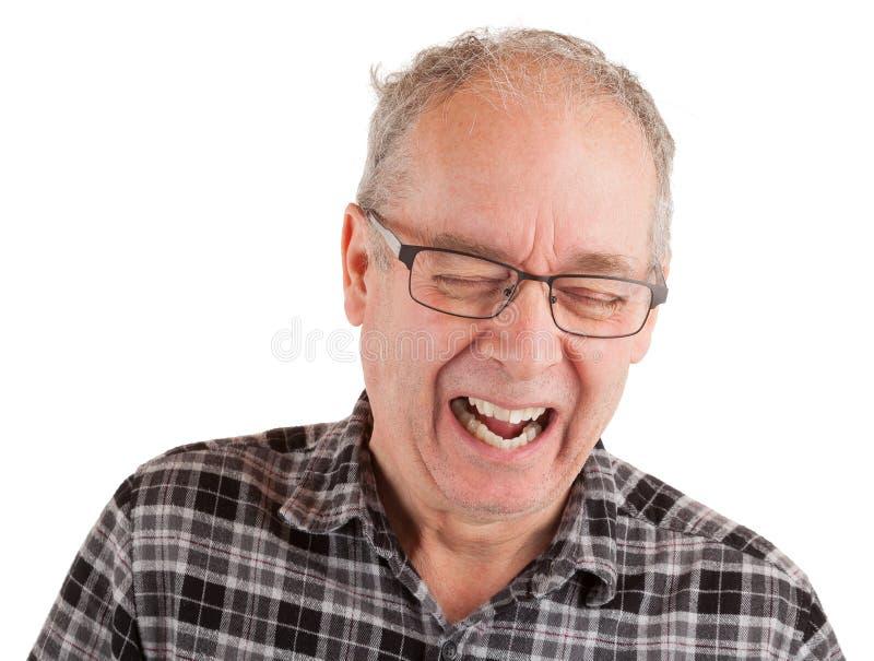 Uomo che ride circa qualcosa immagine stock