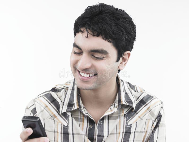 Download Uomo Che Ride Del Suo Telefono Delle Cellule Immagine Stock - Immagine di godere, cellula: 7321041