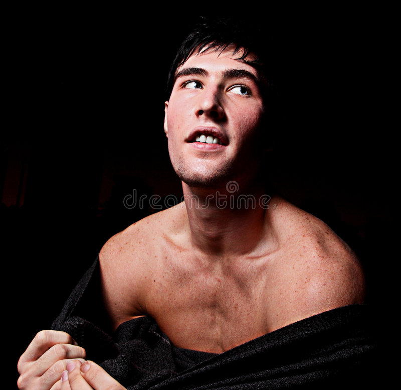 Uomo che rimuove il suo maglione immagine stock