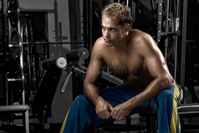 Uomo che riposa dopo l'allenamento immagini stock