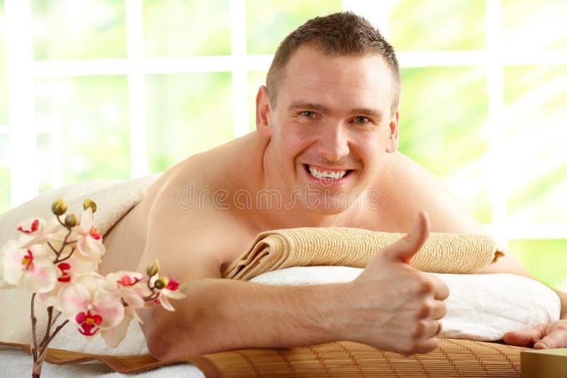Uomo che riposa nel salone della stazione termale fotografia stock libera da diritti