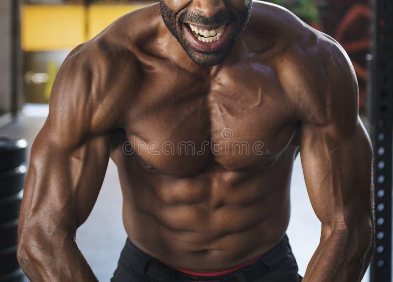 Uomo che risolve alla ginnastica fotografia stock libera da diritti