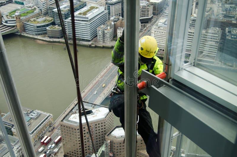 Uomo che scala il coccio, Londra fotografia stock