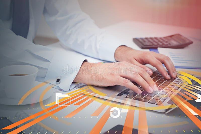 Uomo che scrive sul computer portatile, icone di Internet immagine stock