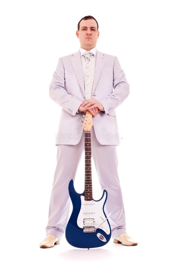 Uomo che si leva in piedi con l'elettro chitarra fotografie stock libere da diritti