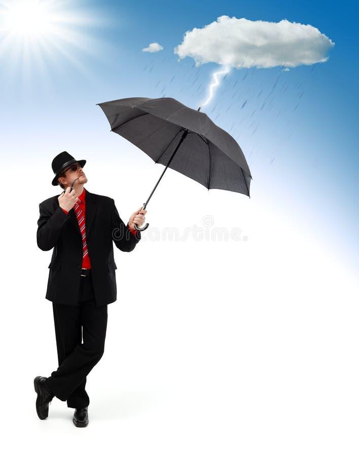 Uomo che si leva in piedi e che si protegge dal disastro fotografie stock
