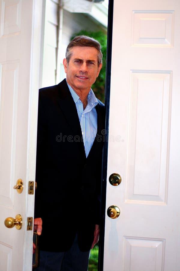 Uomo che si leva in piedi in porta fotografia stock libera da diritti