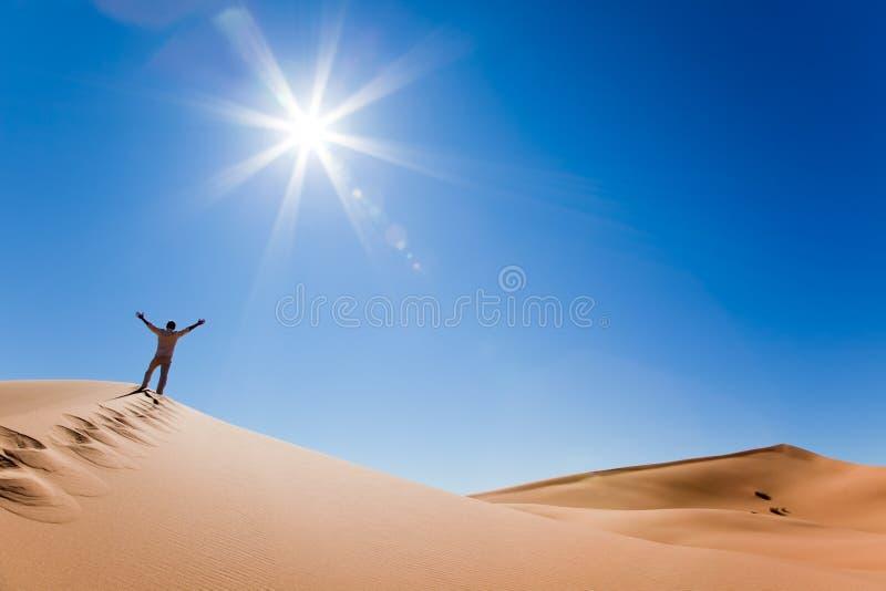 Uomo che si leva in piedi su una duna di sabbia fotografie stock libere da diritti