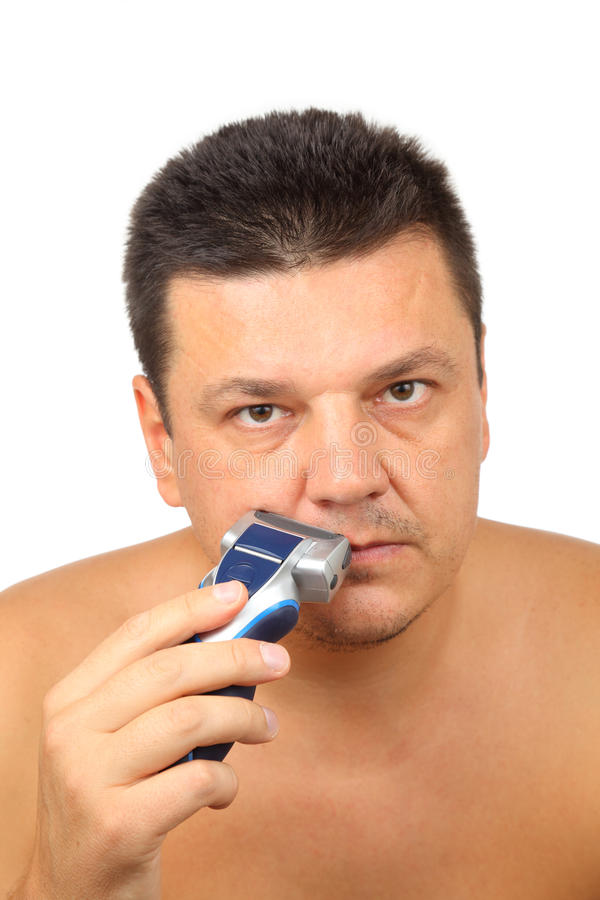 Uomo che si rade con il rasoio elettrico fotografie stock libere da diritti