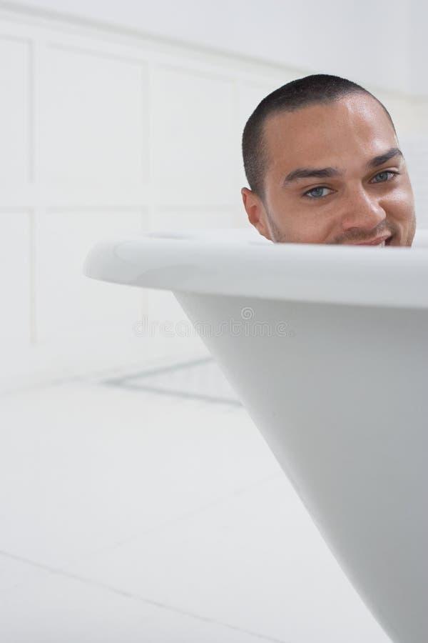 Uomo che si rilassa in vasca fotografia stock libera da diritti