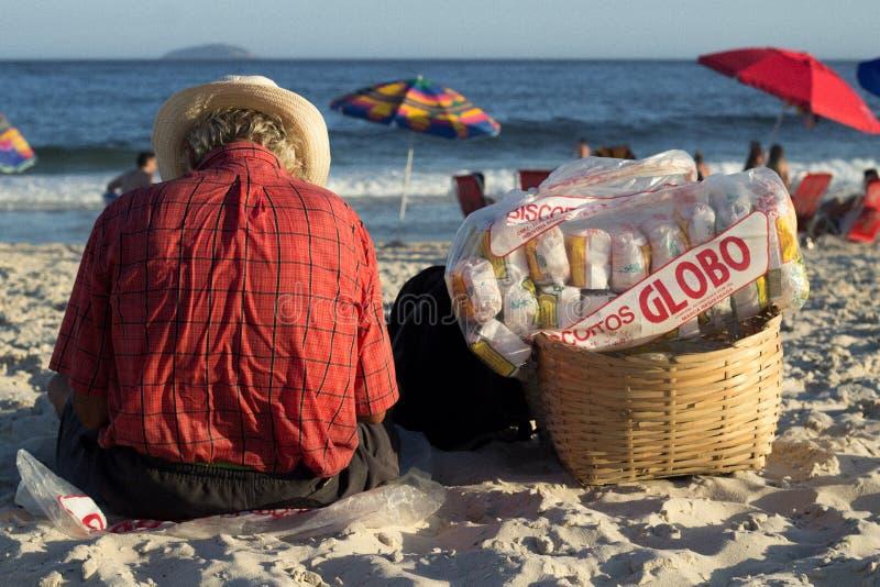 uomo che si siede sulla spiaggia del copacabana immagine stock libera da diritti