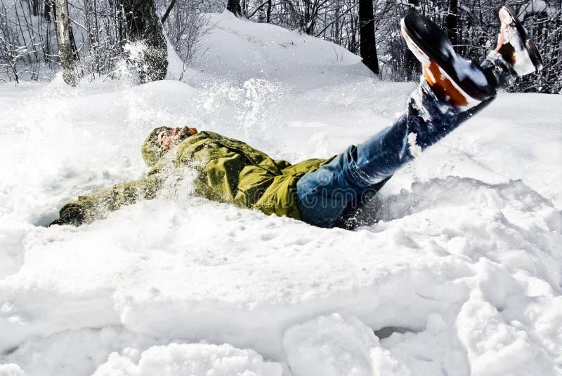 Uomo che si trova nella neve fotografie stock libere da diritti