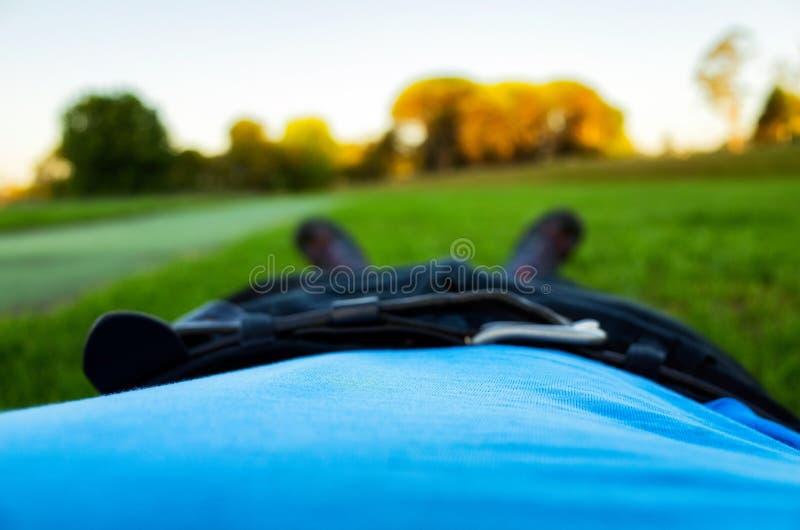 Uomo che si trova sull'erba fotografia stock