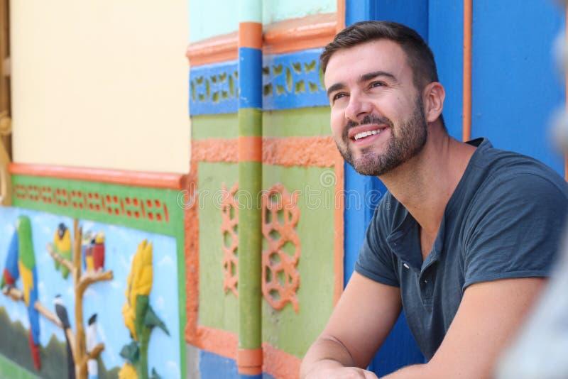 Uomo che sorride all'entrata domestica sudamericana di stile coloniale immagini stock libere da diritti