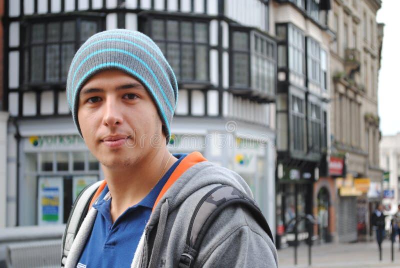 Uomo che sorride nella città fotografie stock libere da diritti