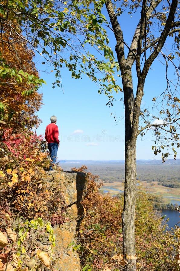 Uomo che sta su Cliff Above il fiume Mississippi immagine stock