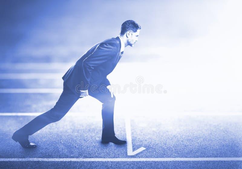 Uomo che sta sulla pista corrente immagini stock libere da diritti