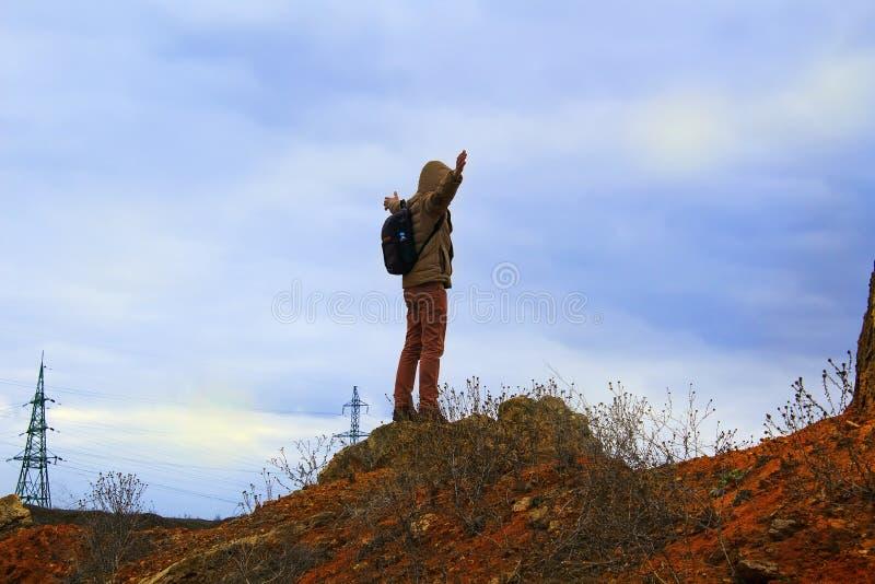 Uomo che sta sulla roccia Supporto turistico solo su una roccia fotografie stock