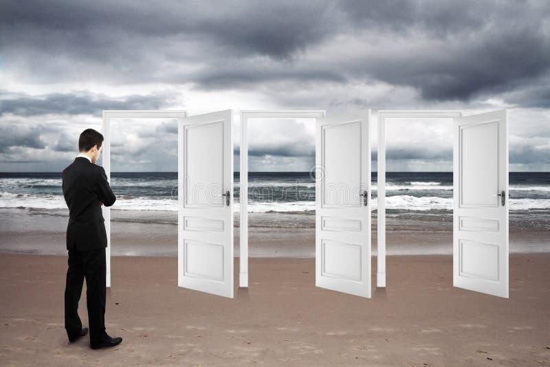 Uomo che sta sulla spiaggia fotografia stock