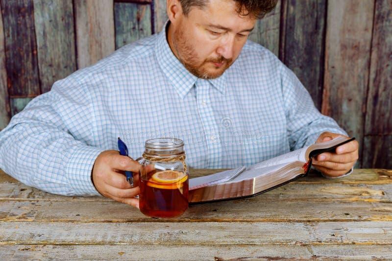 Uomo che studia e che legge bibbia santa fotografia stock libera da diritti
